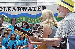 Pete Seeger, Linda Richards and Singers